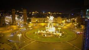 Активное движение на дороге круга вокруг фонтана на Площади de Espana в Барселоне сток-видео