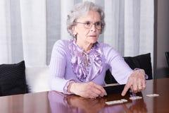 Активное женское старшее playimg на таблице Стоковая Фотография RF