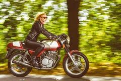 Активное катание на мотоцилк, замедленное движение девушки Стоковая Фотография RF