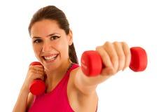 Активное wprkout молодой женщины с гантелями в спортзале фитнеса Стоковые Изображения