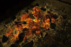 Активно тлея тлеющие угли огня предпосылка, космос экземпляра стоковые фото