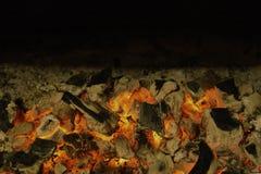 Активно тлея тлеющие угли огня Черный космос экземпляра стоковое фото rf