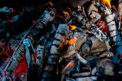 Активно тлея тлеющие угли огня стоковые изображения rf