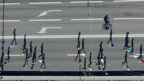 Активные бегуны jog марафон вдоль дороги на солнечный летний день сток-видео