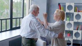 Активные выход на пенсию и досуги, счастливый танец пожилой пары видеоматериал