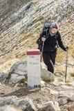 Активные женщины на пути горы - горы Tatras. Стоковое Фото