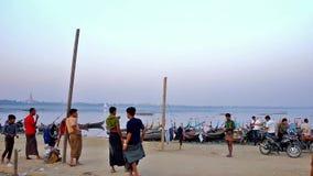 Активные игры на банке озера Taungthaman, Мандалая, Мьянмы сток-видео