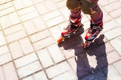 Активные остатки для детей в лете кататься на коньках ролика парка стоковое фото
