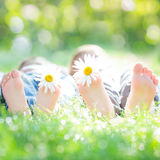 Активные пары лежа на траве Стоковая Фотография