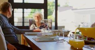 Активные старшие пары взаимодействуя друг с другом дома 4k видеоматериал