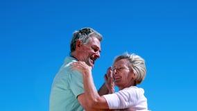 Активные старшии танцуя совместно и усмехаясь акции видеоматериалы