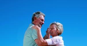 Активные старшии танцуя совместно и усмехаясь видеоматериал