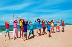 Активные счастливые дети на пляже Стоковые Изображения