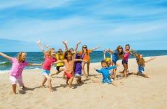 Активные счастливые дети на пляже Стоковые Фото