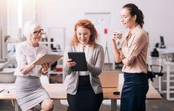 Активные счастливые коммерсантки работая в офисе Стоковое Изображение RF