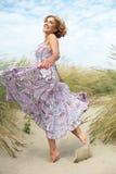Активные танцы более старой женщины на пляже Стоковые Изображения