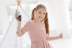 Активные танцы ребенка пока слушающ к музыке Стоковое Фото