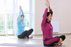 Активные sportive зрелые женщины делая тренировку в студии фитнеса Стоковые Изображения RF