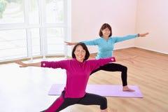 Активные sportive зрелые женщины делая тренировку в студии фитнеса Стоковое Изображение