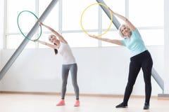 Активные sporty женщины разрабатывая используя спортивный инвентарь Стоковые Фото
