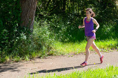 Активный бегун женщины jogging в парке, outdoors бежать Стоковое фото RF