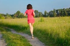Активный бегун женщины jogging в парке, outdoors бежать Стоковые Изображения RF