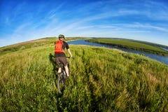 Активный велосипедист на береге реки Стоковая Фотография RF