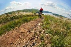 Активный велосипедист на береге реки Стоковые Изображения RF