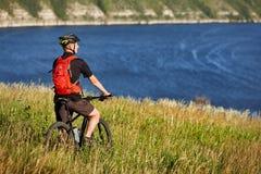 Активный велосипедист на береге реки Стоковые Фотографии RF