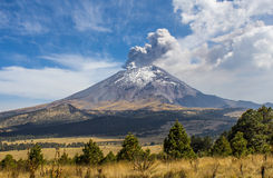 Активный вулкан Popocatepetl в Мексике Стоковые Фото