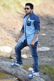 Активный здоровый мальчик в красивом лесе стоковая фотография rf