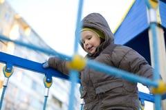 Активный мальчик играя на спортивной площадке Стоковая Фотография