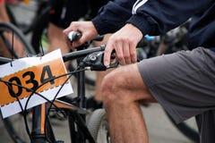Активный образ жизни: Спортсмен сидит на велосипеде никаком 034 стоковое фото rf