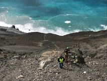 Активный оползень заводи грязи - экипаж смягчения rockfall принимая измерения стоковая фотография