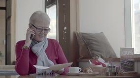 Активный пенсионер при короткие волосы держа важные документы сток-видео