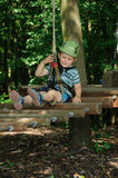 Активный ребенок в парке приключения Стоковые Изображения RF