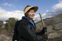 Активный старший Hiking женщины Стоковая Фотография