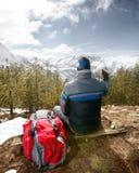 Активный человек hiker отдыхая и наслаждаясь в природе стоковая фотография