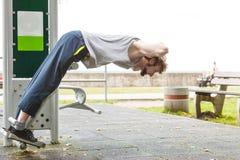 Активный человек работая на внешнем спортзале Стоковые Изображения RF