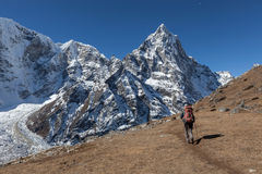 Активный hiker женщины trekking в Непале к a Стоковое фото RF