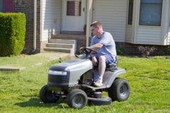 активный landscaping косить человека лужайки Стоковая Фотография RF