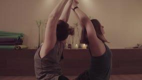 2 активных женщины симметрично делая тренировки йоги акции видеоматериалы