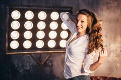 Актриса девушки на кресле в свете soffits Стоковое Изображение RF