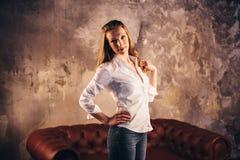 Актриса девушки на кресле в свете soffits Стоковые Изображения