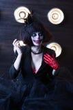 Актриса девушки с составом клоуна в ретро платье с вуалью на ее стороне Стоковые Изображения RF