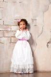 актриса немногая Красивая африканская девушка показывает эмоции: страх, испуг, сюрприз Стоковые Фотографии RF