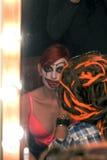 Актриса положила дальше клоуна состава в переднее зеркало уборной Стоковая Фотография RF