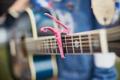 Акустическая гитара девушки с каподастром акустическая голубая гитара Стоковые Изображения