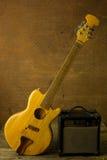 Акустическая гитара и усилитель Стоковое фото RF