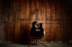 Акустическая гитара на деревянной текстуре с космосом экземпляра для текста Концепция музыки и отдыха Гитара против деревянной ст Стоковые Изображения RF